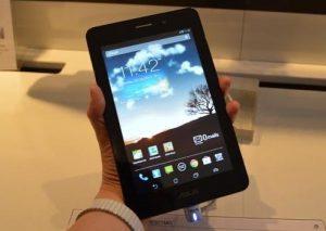 Tableta Asus FonePad tinuta in mana